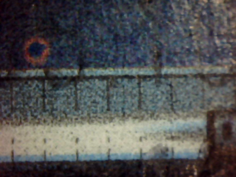 Magenta farvering i vandet foran tog
