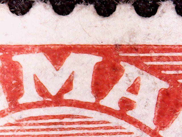 Hvid streg under M + lille rød plet over A.