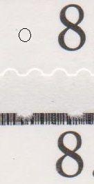 Sort plet mellem vinduer og lille sort plet til venstre for 8.